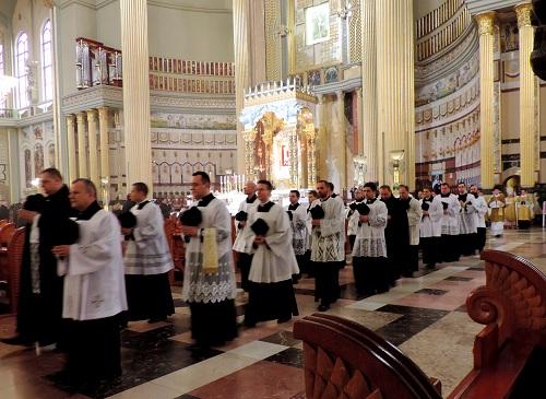 Msza św. pontyfikalna kard. Burke w Licheniu