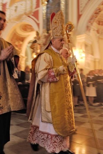 Biskup w stroju pontyfikalnym