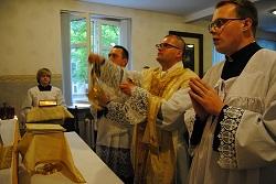 ks. Kos sprawuje Mszę św. trydencką