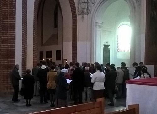 Wierni zgromadzeni przy chrzcielnicy