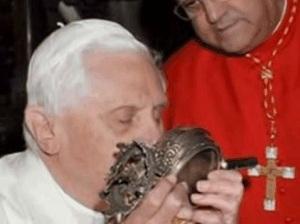 papież Benedykt XVI całujący w przeszłości relikwie